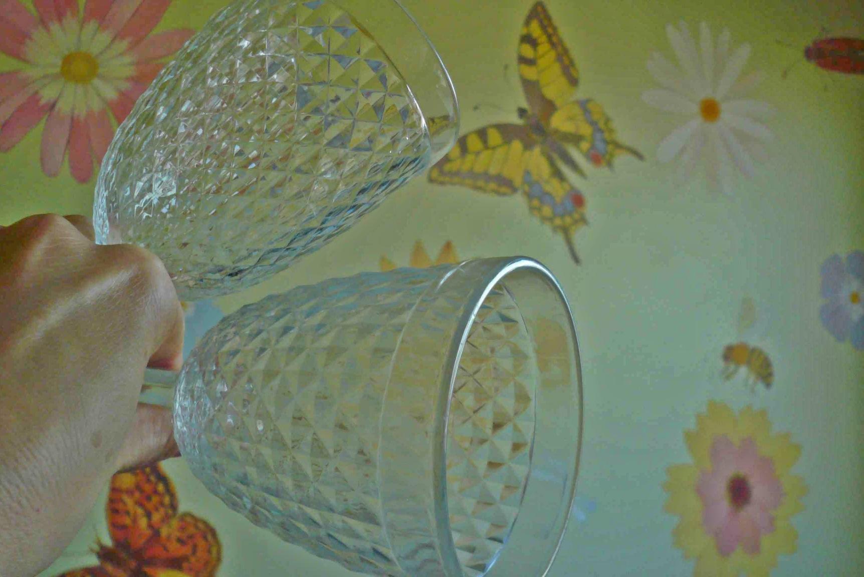 Сверху стакан, вымытый вручную, снизу - таблеткой Almawin