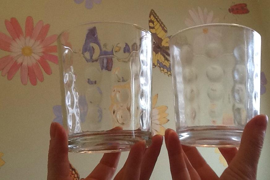 слева стакан, вымытый вручную, справа - таблеткой для ПММ Sodasan