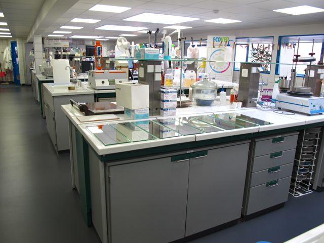 В лаборатории Ecover - на переднем плане лежат загрязненные зеркала, на которых тестируются продукты для очистки стекол Ecover и конкурентов