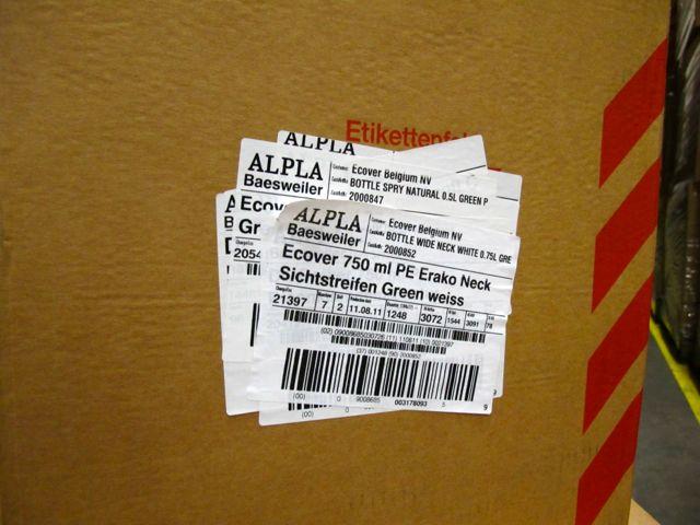 Судя по наклейкам, эта коробка уже совершила около 6 поездок между поставщиком и заводом Ecover