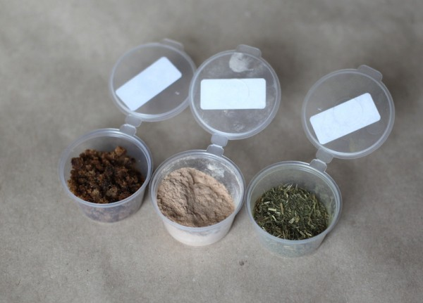 Слева направо: мусковадо, порошок лукумы, трава стевии