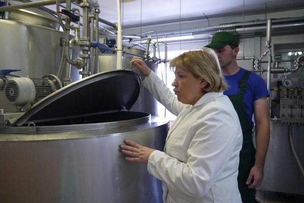 Светлана Анатольевна инспектирует йогурт