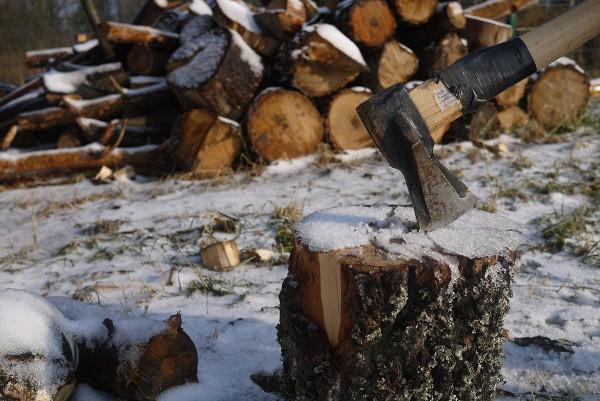 На задворках ресторана, как и положено, рубят дрова, чтобы уха была  точно на березовом полене