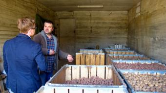 Павел Тарасов и Александр Лысенков осматривают хранилище картофеля