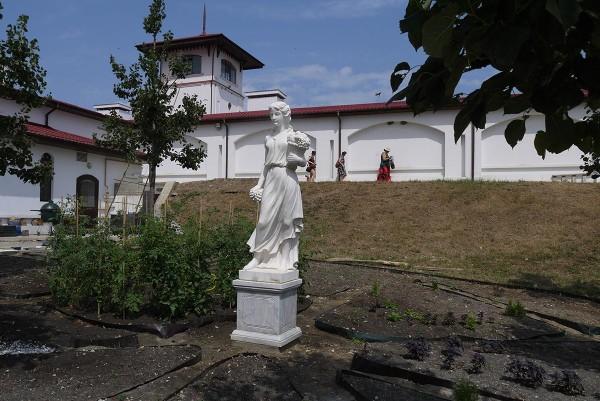 Здесь расположен музей, ресторан, проходят свадебные церемонии (миниогородик ресторана соседствует со статуей)