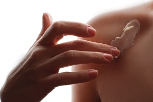 woman-applying-moisturizing-cream-for-body
