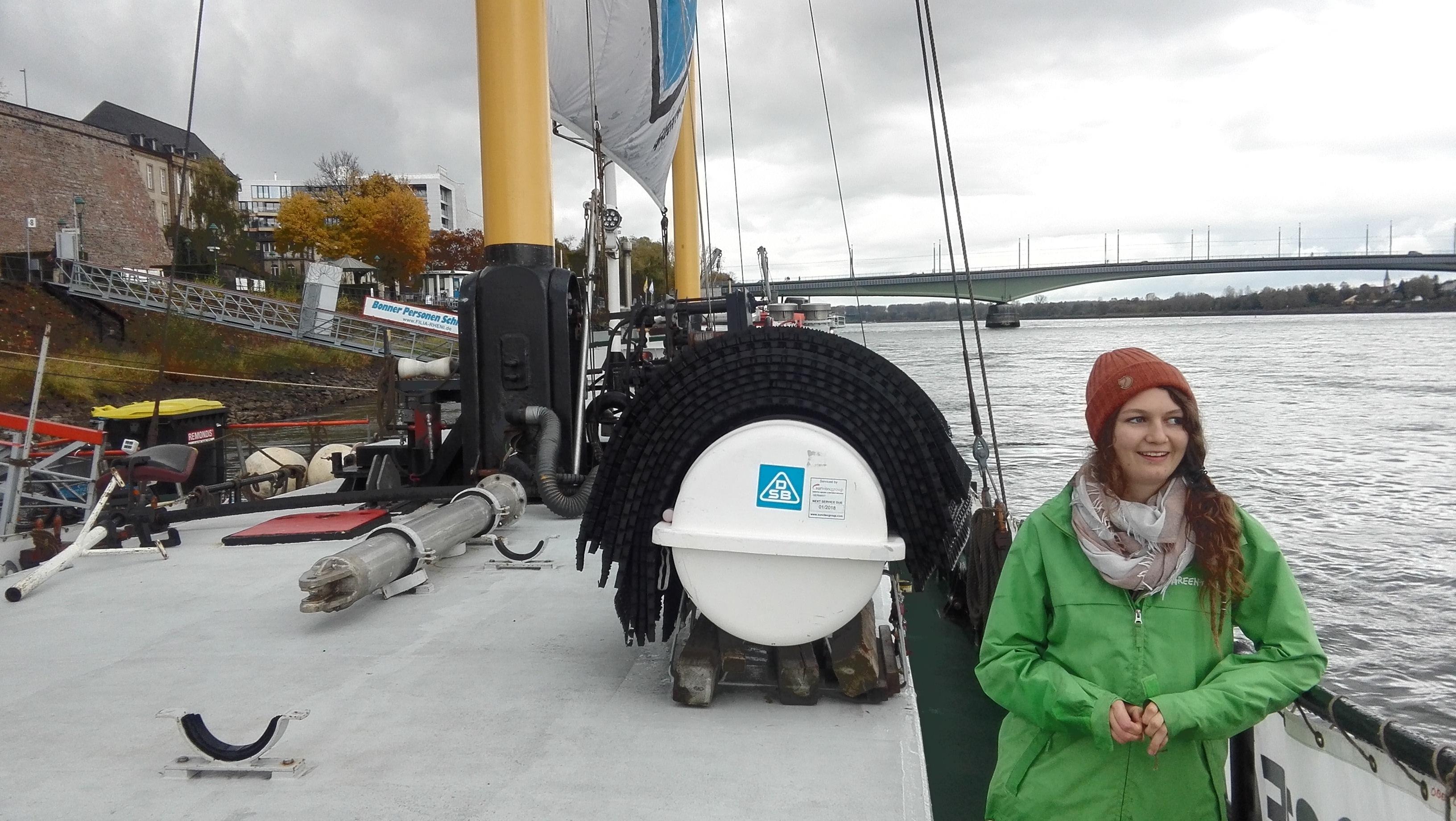 Фото: Наталья Парамонова. Волонтер Greenpeace Андреа проводит экскурсию по судну