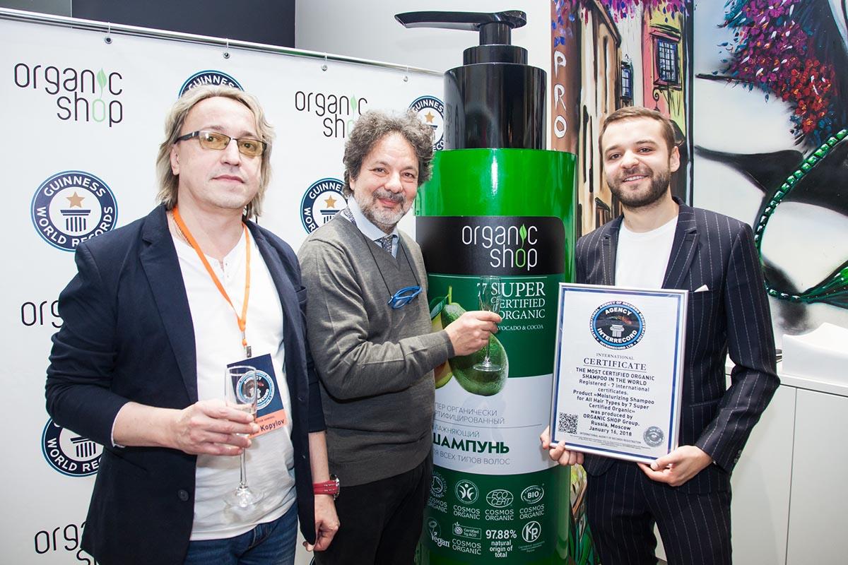 Представитель книги рекордов Гиннесса, Рикардо Анучински (BDIH), шампунь-чемпион и Виталий Козленков (Organic Shop)