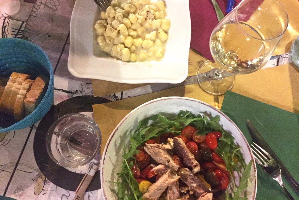 Гночи из соуса из пармезана и пеккорино романо и салат из 5 видов помидоров и скумбрии, Больсена