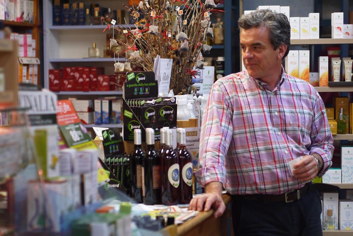 Гвидо Гуаланди привез свое органик-вино в магазин Джулианы