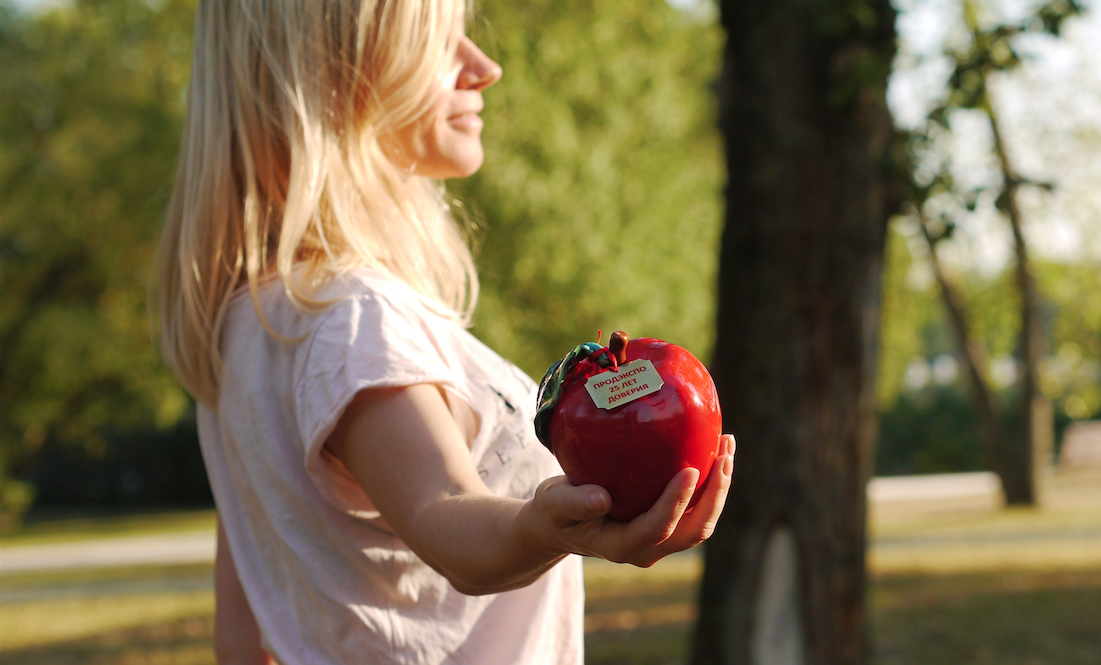 apple in hand profile