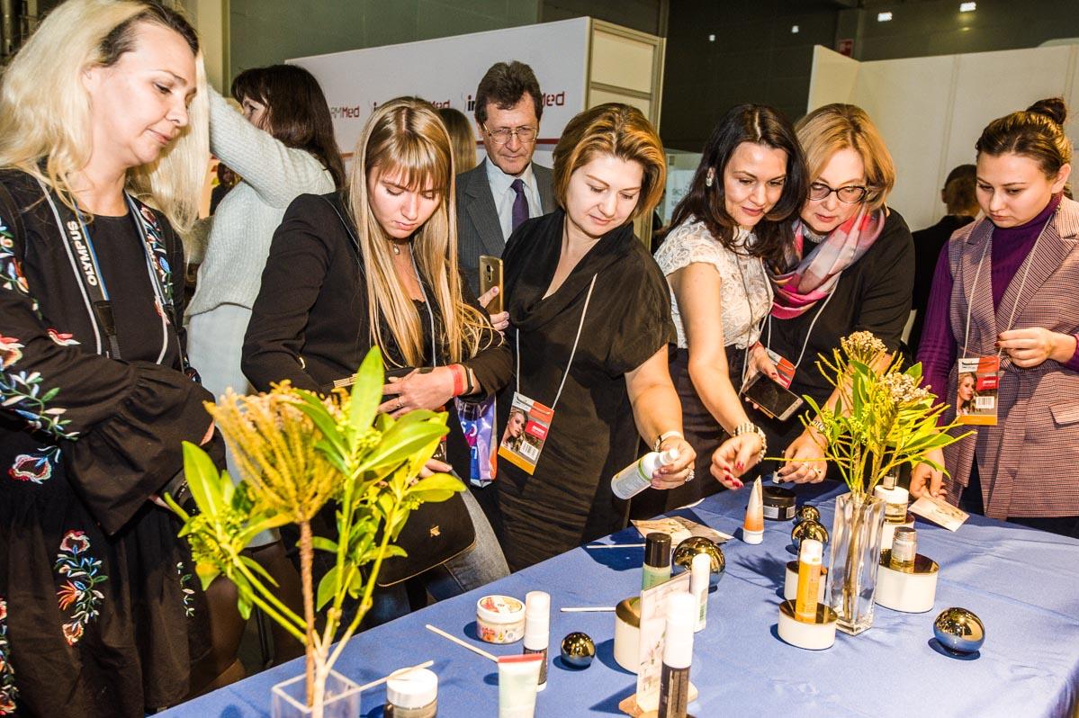 Гости церемонии рассматривают продукты-номинанты премии