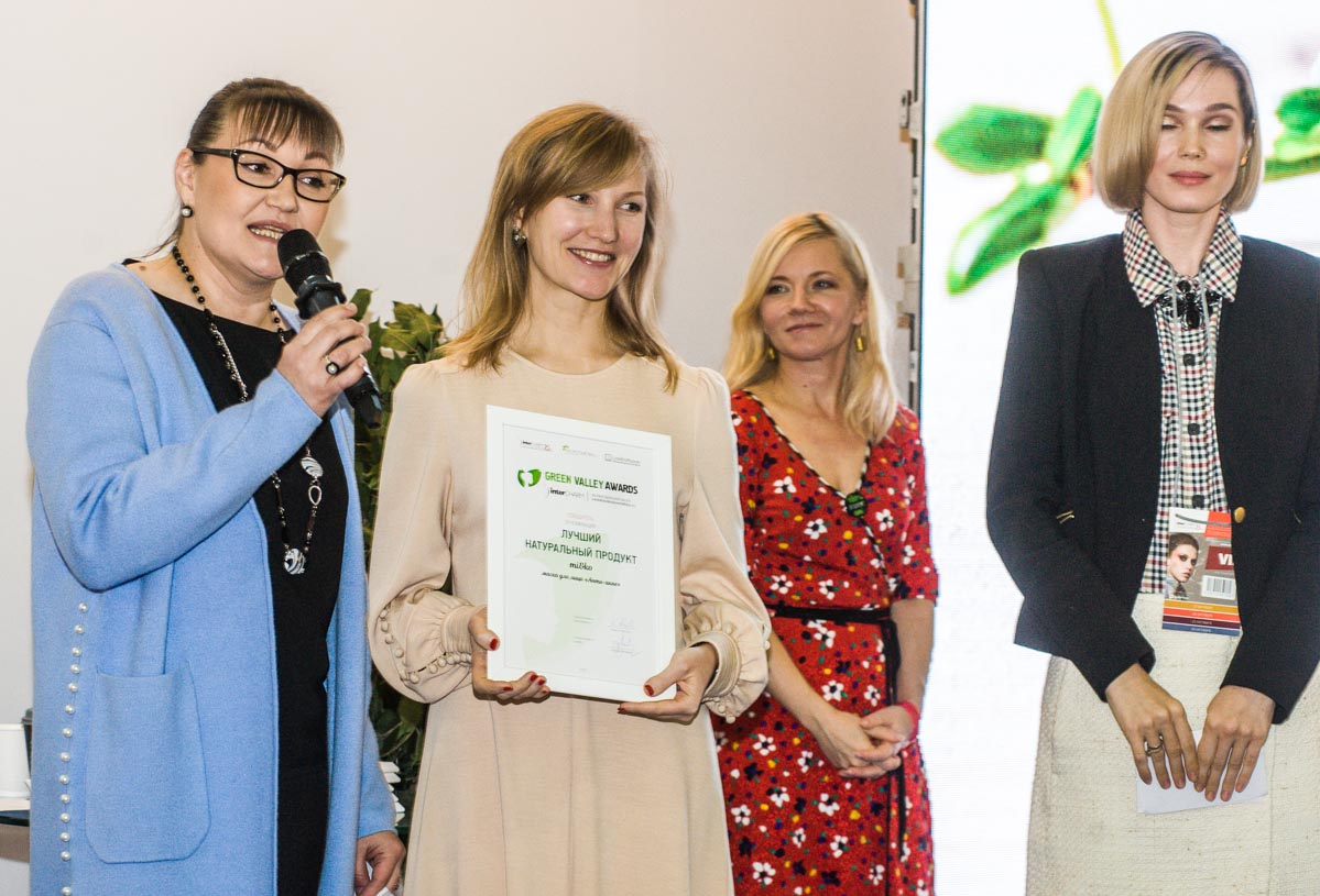 Член жюри Ирина Скорогудаева и Юлия Шевцова вручают премию Екатерине Матанцевой mi&ko