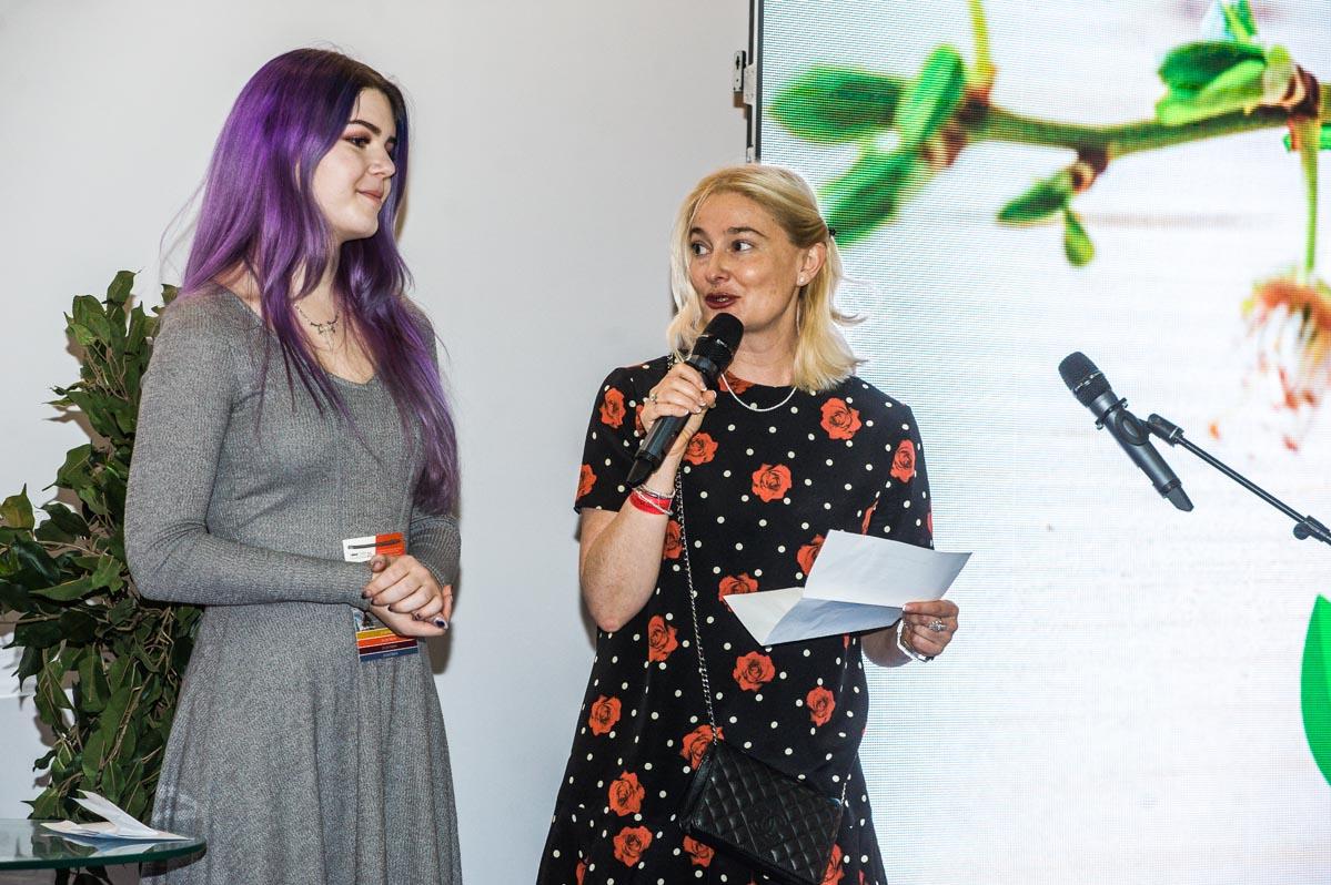 Варя Валовиль (жюри), Анна Дычева-Смирнова (глава InterCHARM, жюри) вручают премию за лучшую зеленую инновацию