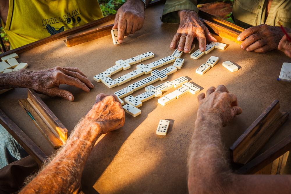 domino solnce ruka starost stariy zagar obshenie igra