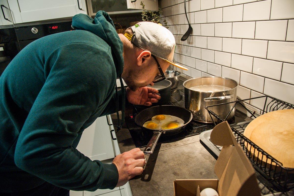 Сергей Леонов колдует над яйцами фермы М2