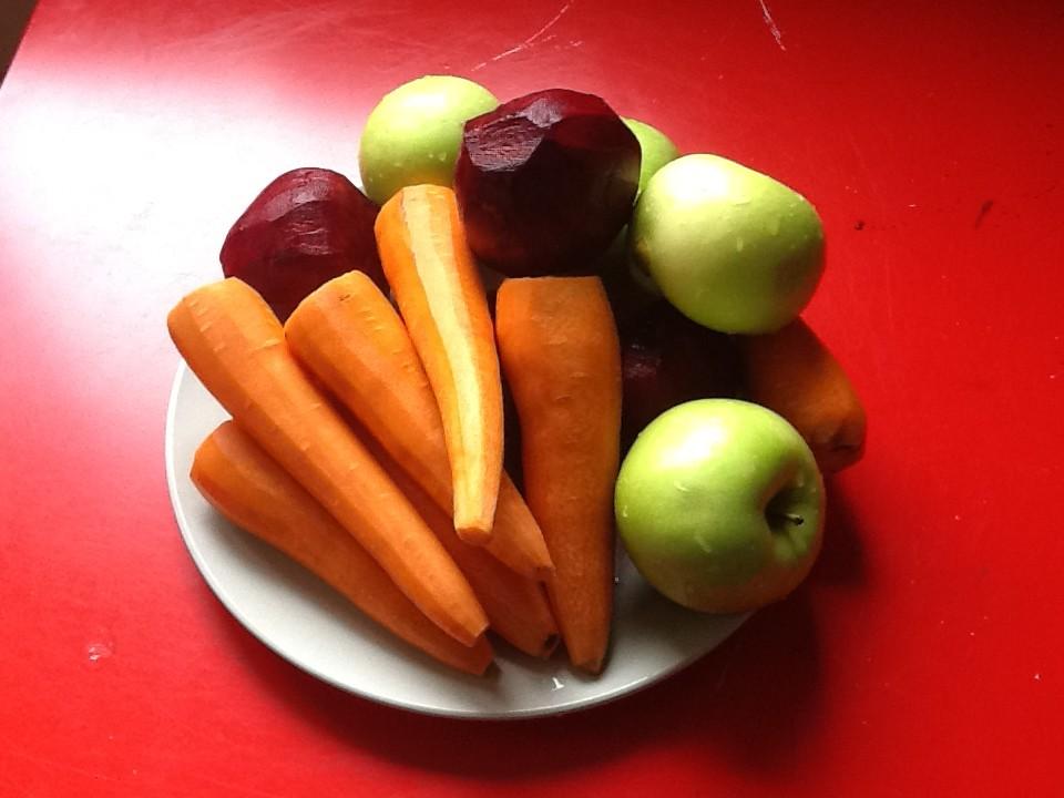 овощи для сока на красном