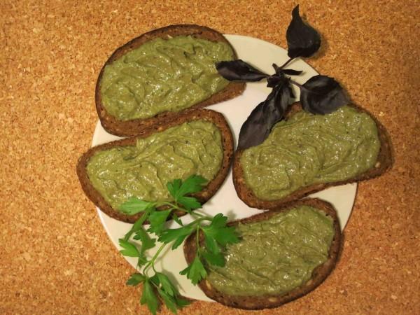 паштет из авокадо с зеленым миксом