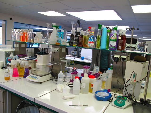 В лаборатории Ecover - здесь тестируется эффективность придуманных в соседнем зале составов, а также средств конкурентов
