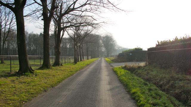 Пейзажи между зданием завода и жилой зоной пригорода Малле