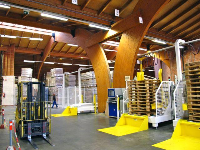 Деревянные перекрытия и колонны в залах завода Ecover