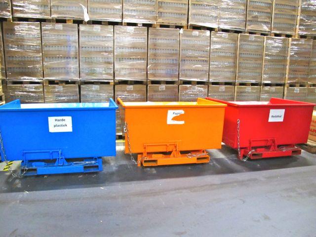 Урны для раздельного сбора отходов в складском помещении Ecover