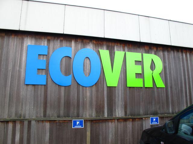 Логотип Ecover на стене офиса