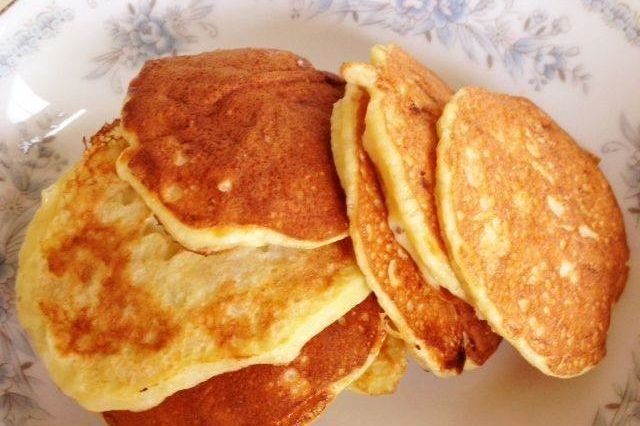 1-2 яйца + большой спелый банан = тесто для вкуснейших оладий (рецепт тут: http://smart-cookie.ru/breakfasts/oladi-na-zavtrak-po-novomu/)