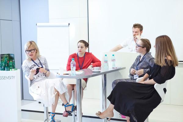 Слева: сторона за органическую косметику: Татьяна Лебедева (LookBio), блогер Алена Макеева; справа - за традиционную: блогер Светлана Чурбанова, маркетолог Юлия Солодова