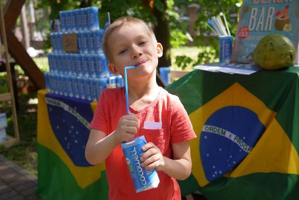 Cocowell - органическая кокосовая вода - чуть ли не единственное питье на ярмарке. Уместнее не придумаешь!