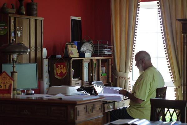 Джон Кописки работает в своем кабинете, в основном здании усадьбы-гостиницы