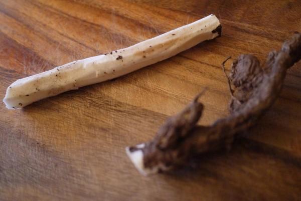 Скорцонера - длинный корень. Очистить его довольно трудоемко.