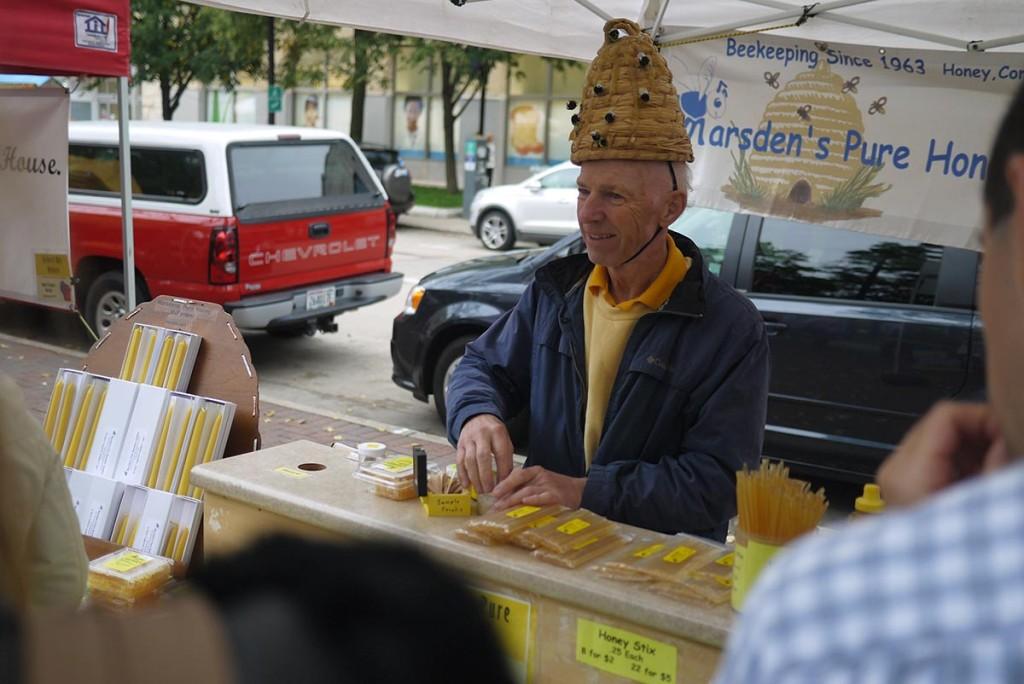 Этот фермер торгует на рынке медом 38 лет