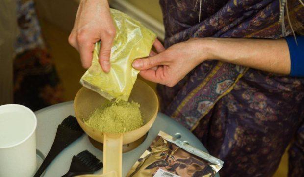Сухая маска высыпается в чашку. В нее нужно добавить горячую воду и тщательно размешать, чтобы получилась консистенция сметаны.