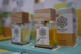 Биодинамический парфюм и элементы дерева в упаковке