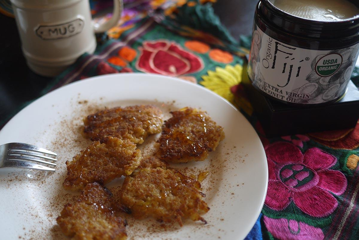 Яблочные оладьи на кокосовом масле с корицей и мёдом