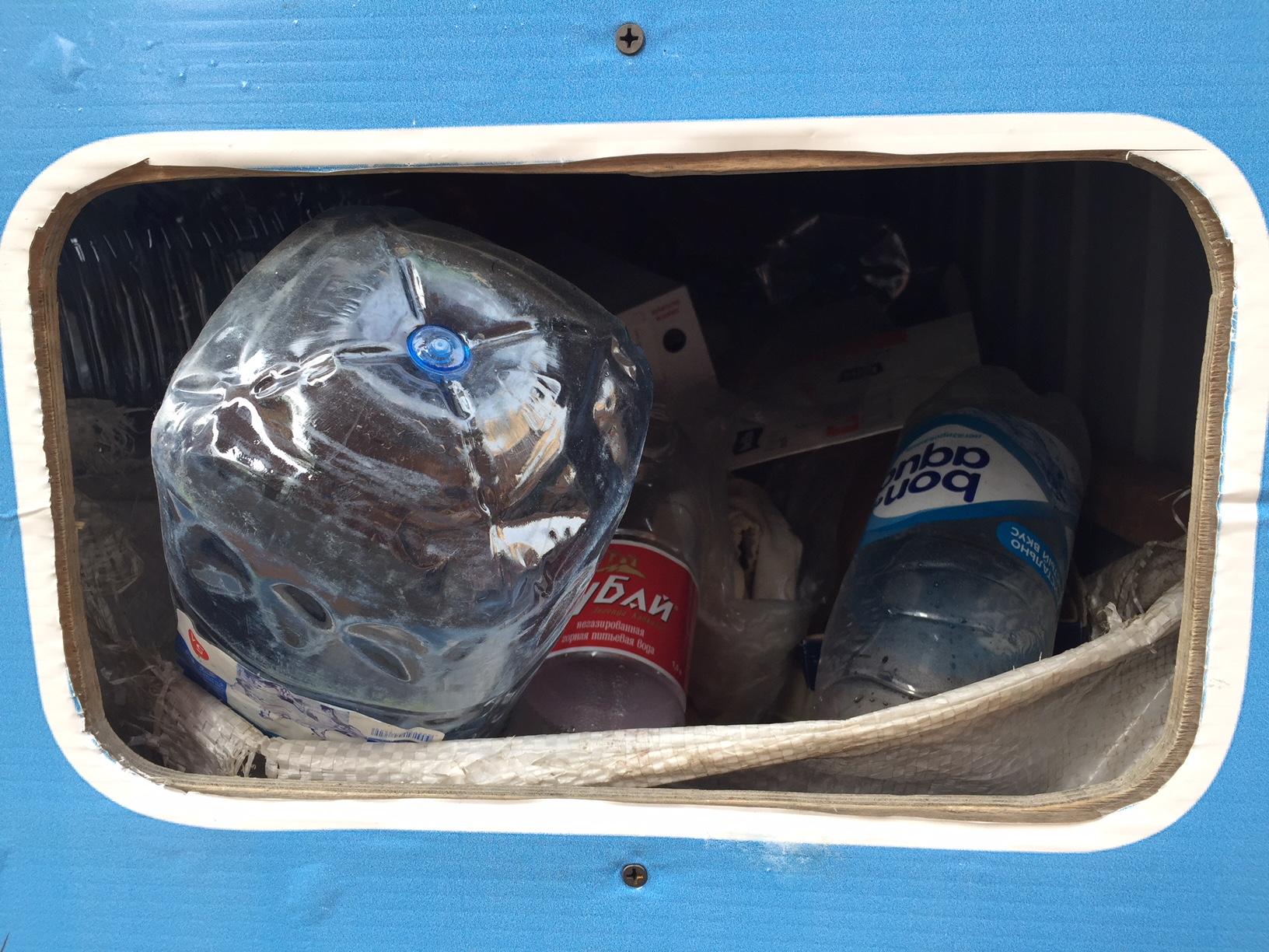 пластик - в контейнере для картона встречается не редко