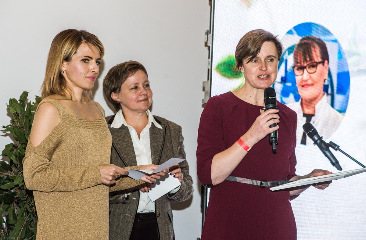 Анна Алябьева (infogreenwashing), Наталья Борисова (жюри) вручают премию за лучший органический продукт Виктории Тышкевич (Арнебия, I+M)